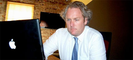 Andrew Breitbart at the computer, 04/08/10. (photo: Andrew Breitbart)