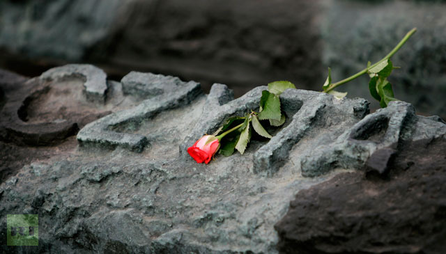 A red rose lies at the monument dedicated to the victims of Katyn, Russian forest where thousands of Polish officers were executed in 1940, in Warsaw, September 17, 2007.(Reuters / Peter Andrews)