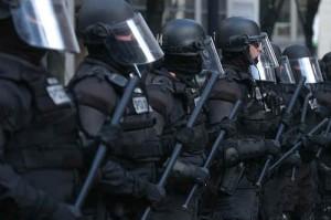 riot-polizia-food