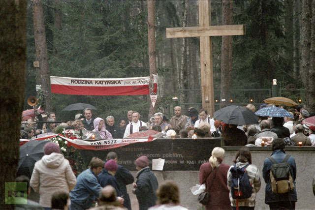 Polish people gathered in Katyn, USSR, on October 31, 1989 to mourn the Polish officers killed by the NKWD (Stalin′s secret police) in the forest of Katyn in 1940. Families of the murdered Polish officers were allowed access to the symbolic tomb in Russia. (AFP Photo / Wojtek Druszcz)