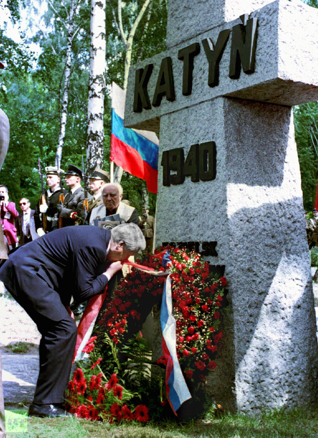 Russian President Boris Yeltsin kisses the ribbon of wreath he laid August 25 at a monument in Warsaw to Polish officers murdered by the Soviet NKVD security police at Katyn forest near Smolensk during World War Two.(Reuters / Stringer)