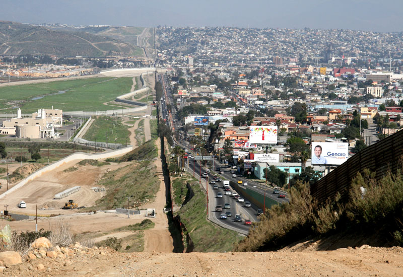 http://twistedsifter.com/2011/02/picture-of-the-day-the-us-mexico-border/